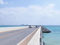 【周辺】伊良部大橋からの景色。青い綺麗な海と宮古と伊良部を結ぶまっすぐとのびた橋はオススメスポット!