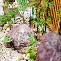 【館内】館内には小さな日本庭園がございます。