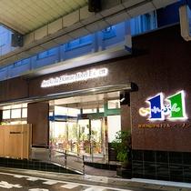 【玄関】駅前商店街入口すぐにあるので、夜道も安心♪