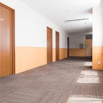 【廊下】客室階は土足厳禁!1日歩きつかれた足を開放し、お部屋まで・・・♪