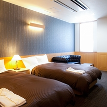 【スタンダードツイン一例】ベッドはセミダブルサイズで、ゆったりお寛ぎいただけます。