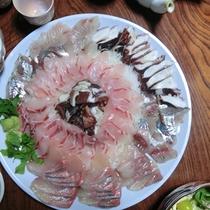 【夕食一例】旬の新鮮な海の幸を使った刺身盛り合わせ