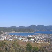 美しい海と山に囲まれた富江湾