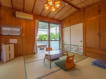 【本館ゲストハウス・和室】最大4名まで宿泊可能★テラスタイプのベランダにつながっています