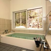 女湯。四季折々の風景を楽しみながらご入浴いただけます。