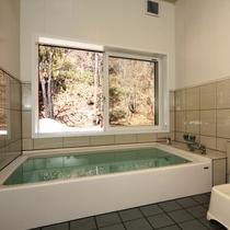 男湯。四季折々の風景を楽しみながらご入浴いただけます。