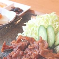 【鹿児島産黒豚生姜焼き定食】生姜焼きに小鉢や味噌汁がつきます