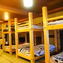 【和室22.5畳 2段ベッド×3台】8名定員。6名ベッド、2名はお布団セルフとなります。