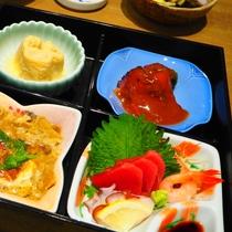 【ご夕食】松花堂弁当とサラダ、デザートが基本構成です。(2)