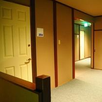 【その他】洋室は全部で4部屋ございます。お部屋への扉、廊下はこんな感じです。