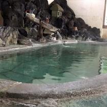 【大浴場】滾々と湧き出る草津温泉万代鉱源泉。加水なしのかけ流しのため、少々熱いかも!?
