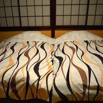 【和室8畳 小上がり風ツインベッド】ベッドでゆっくりお休みください。