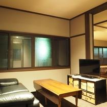 【特別洋室】部屋の入り口にリビング、奥に寝室とバスルームがございます。
