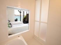 スーペリアルーム【A】の浴室から見える海