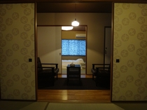 図書スペースを間に寝室が2部屋あります