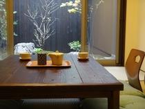お庭を眺めながら、ゆったりとお茶を頂く