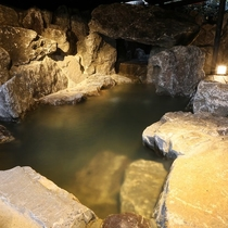 【客室/弓張】 ダイナミックな岩の露天風呂。奥は洞窟風になっており遊び心満載です