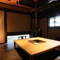 【客室/有明】 どこか懐かしさを感じる囲炉裏の間。お食事やお茶を召し上がる際にもご利用ください