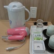【ツインルーム デスク】電気ポット、コップ、湯のみ、お茶、ドライヤー