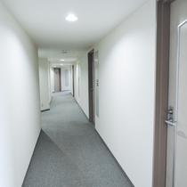 *【施設内/廊下】白が基調の廊下は明るく、幅もゆったりしているのでお荷物の運びも楽チンです。