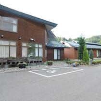 *バリアフリー駐車場(1台)/ハンディのある方にも優しい施設を目指しております。