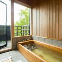 客室|【別館】客室専用檜風呂。ウッドデッキで自然を体感。