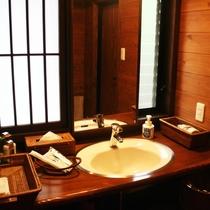 客室|【離れ】日の間/洗面スペースには各種アメニティー。