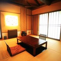 客室|【離れ】日の間/梁のある高い天井が特徴、当館唯一の和室です。