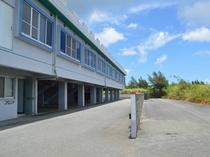【外観】屋根付き駐車場完備、お部屋から車までも快適です。