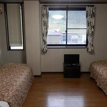 【洋室9畳一例】洋間にツインベッドを配置。禁煙です。