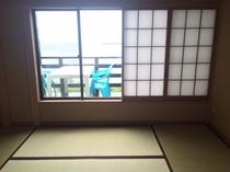 和室からも海が見えます。