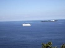 リビングから見える初島と船