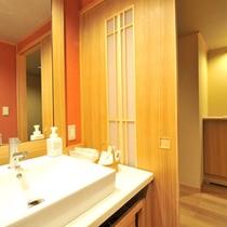セミスイート和洋室の洗面台。シンクの横にお化粧道具などを置くスペースがございます。