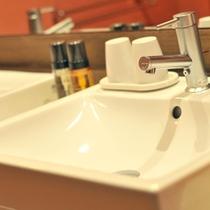 和洋スイート特別室の洗面台。ダブルシンクの明るい空間で、メイクアップもゆったりと♪