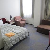 【お部屋】明るくてソファもあり、落ち着く雰囲気です。