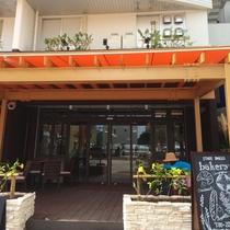 焼きたてのパンや沖縄食材を使ったデリが楽しめる、オシャレなブルーカフェ石垣島