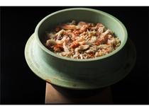 蟹の身と出汁を合わせて炊き込む贅沢な釜焚きごはん。