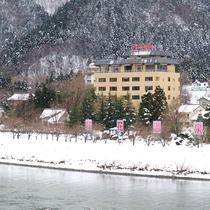 *【外観(冬)】辺り一面を真っ白な雪に覆われます。この時期は雪見露天がオススメ!