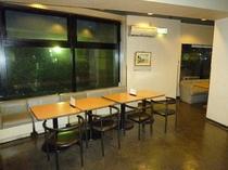 2階ラウンジテーブル
