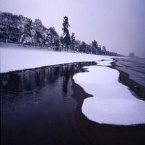 雪景色のびわ湖沿い