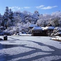 雪化粧した玄宮園と彦根城天守閣