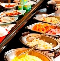 朝食はバイキング形式で行っております。毎日日替わりで提供しております。