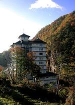 片倉山の紅葉と吉川屋外観