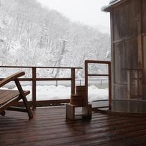 貸切露天風呂 湯野から見える雪景色