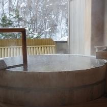 露天風呂付特別室の檜露天風呂