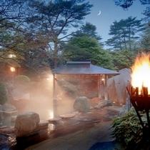 露天風呂『篝火(かがりび)の湯』(薄暮れ)