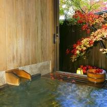 紅葉の貸切風呂