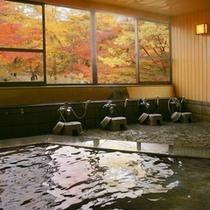 紅葉をながめる大浴場