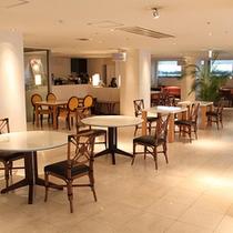 *M Lounge/白を基調としたスタイリッシュな空間。