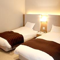 *セミスイート/ベッドは心地よい眠りを誘うシモンズ社製。